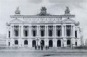"""ue construida por Charles Garnier bajo la orden de napoleón III de Francia e inagurada el 15 de enero de 1875 durante las III República. La obra sufrió varias interrupciones, en 1870 por la comuna y luego por el descubrimiento de cuevas con aguas subterráneas durante las excavaciones. En 1985 La Opera cambió su nombre por el de Palacio de la Danza porque las representaciones operísticas se representaban en la nueva Opera de la bastilla. En la actualidad se realizan espectáculos de ballet. La Opera tiene una gran sala de espectáculos de colores rojo y oro y cuenta con 2200 localidades. Además posee una gran escalinata estiló rococó y salones de descanso con imponentes espejos. Este lugar isnpiró a Gastón leroux para su novela """"El fantasma de la Opera"""" que dio lugar a un musical y varias películas. El edificio era un lugar de prestigio donde la aristocracia y la burguesia se reunían para lucirse. Durante todo el año hay exposiciones temporales y una galeria permanente que reúne pinturas y dibujos con la danza como tema central."""